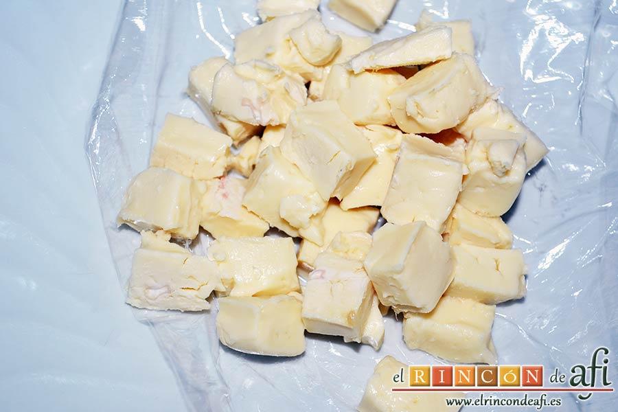 Tortilla de puerros y queso brie, retirar la corteza del queso brie y cortar en cubitos