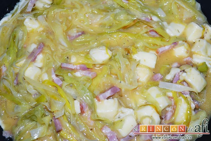 Tortilla de puerros y queso brie, remover bien y poner en una sartén con un poco de aceite de oliva