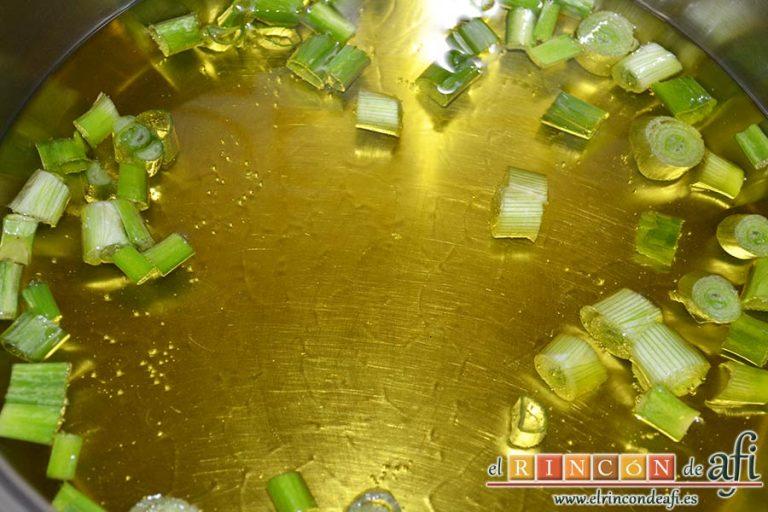 Bonito listado escabechado con verduras, en un caldero con aceite de oliva poner las cebolletas tiernas troceadas