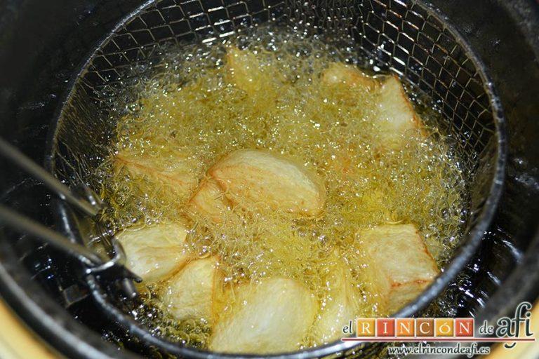 Cabrito estilo Afi, freír las papas en cuadraditos