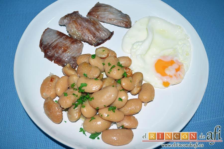 Judiones salteados con secreto ibérico y huevos fritos