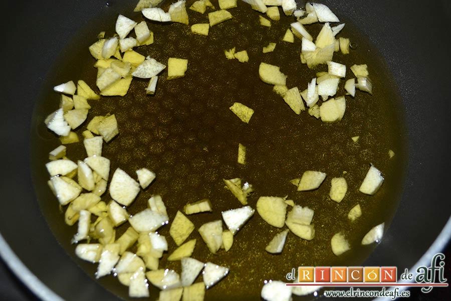 Pasta rápida con ajo y ají, calentar aceite de oliva y añadir los ajos picados