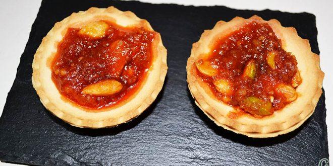 Tartaletas de pistachos y almendras con chorizo de Teror y miel