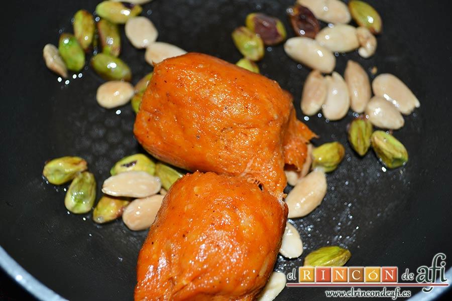 Tartaletas de pistachos y almendras con chorizo de Teror y miel, añadir los chorizos
