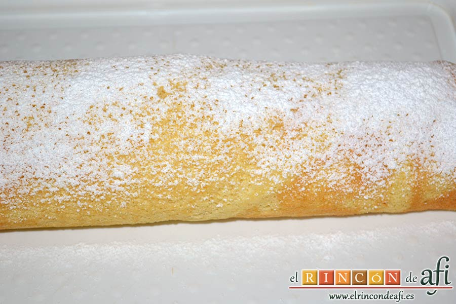 Brazo gitano con doble relleno, enrollar a lo largo y espolvorear de azúcar glass