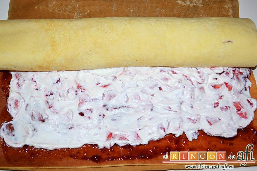 Brazo de gitano relleno de nata y fresa, enrollar poco a poco