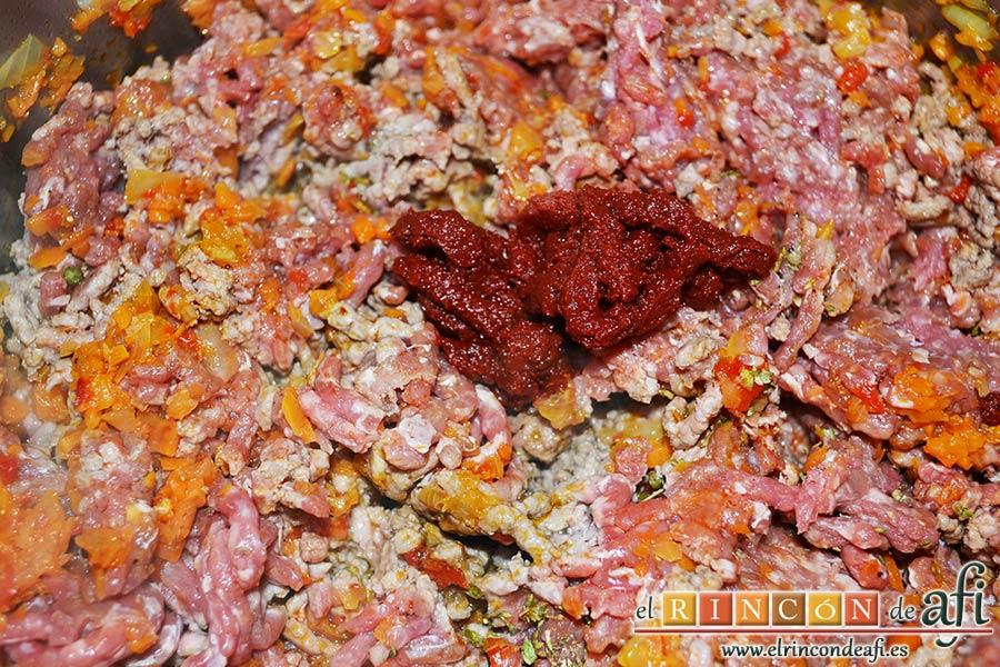 Empanadillas de carne horneadas, añadir tomate concentrado