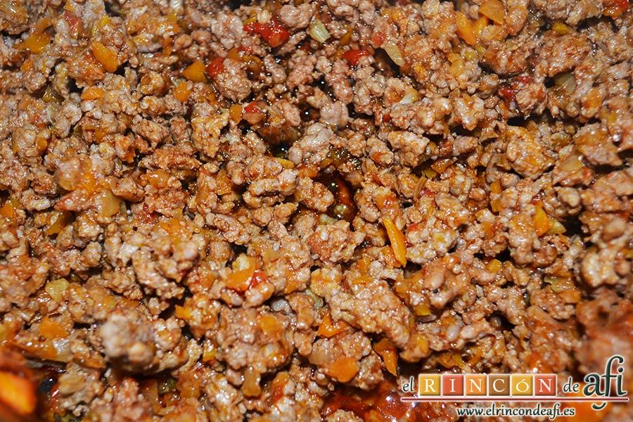 Empanadillas de carne horneadas, remover bien con cuchara de madera