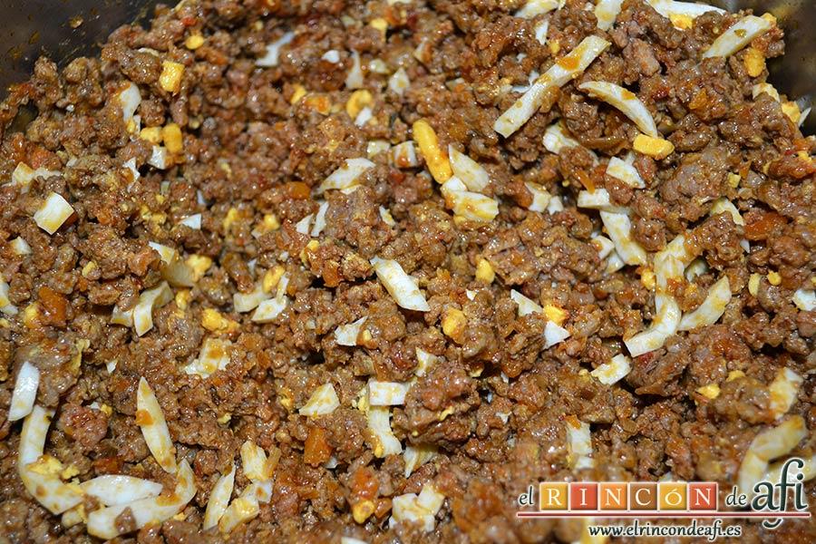 Empanadillas de carne horneadas, mezclar bien