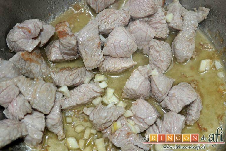 Menestra de verduras con carne de ternera, rehogar en una olla exprés la carne de ternera con los ajos