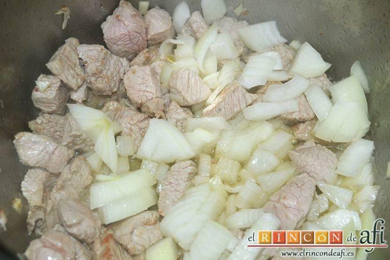 Menestra de verduras con carne de ternera, añadir la cebolla y un poco de sal