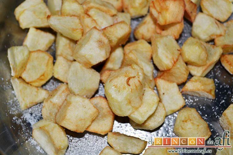 Menestra de verduras con carne de ternera, freír las papas y ponerlas en un caldero