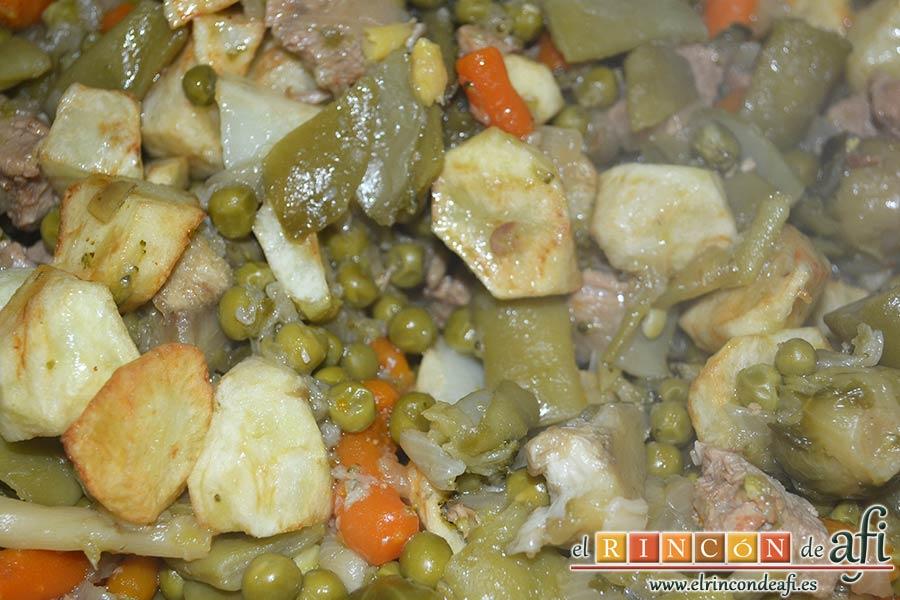 Menestra de verduras con carne de ternera, escurrir la menestra y añadírselas a las papas junto a la carne