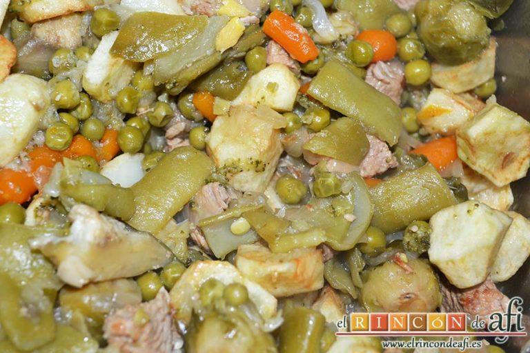 Menestra de verduras con carne de ternera, remover todo bien