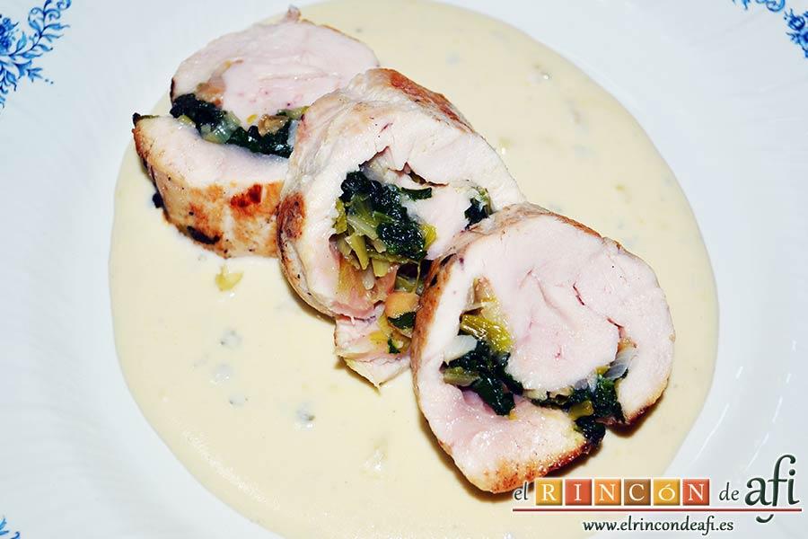 Pechugas de pollo rellenas con espinacas y salsa de queso