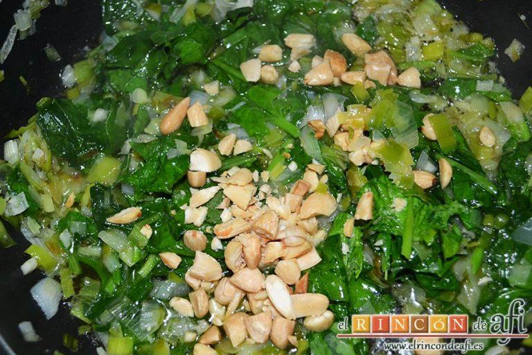 Pechugas de pollo rellenas con espinacas y salsa de queso, añadir las almendras troceadas