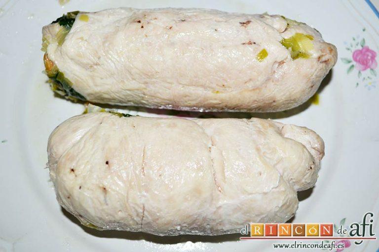 Pechugas de pollo rellenas con espinacas y salsa de queso, dejar atemperar y retirar el film