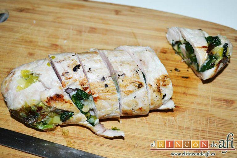 Pechugas de pollo rellenas con espinacas y salsa de queso, cortar los rollos en medallones