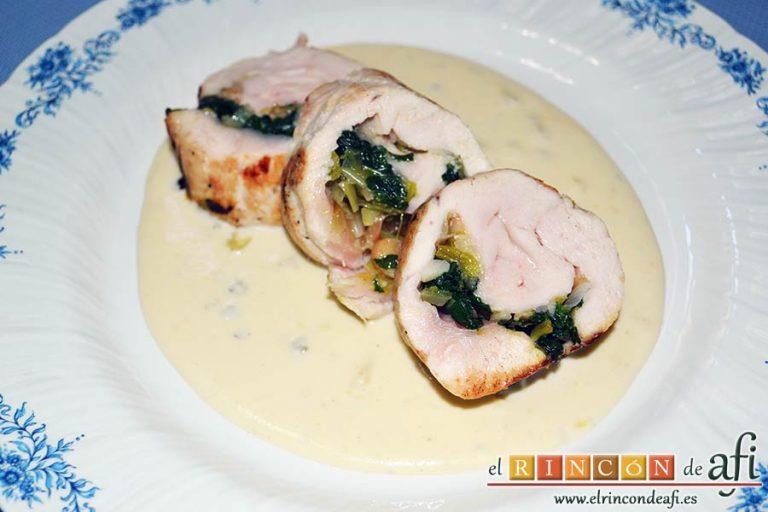 Pechugas de pollo rellenas con espinacas y salsa de queso, sugerencia de presentación