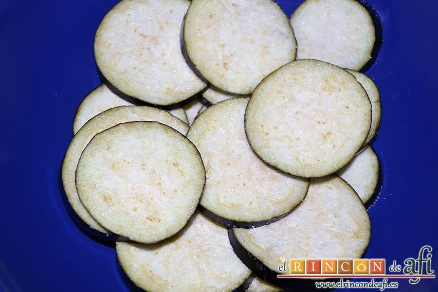 Tarta de verduras, cortar en rodajas las berenjenas y ponerlas a macerar con sal