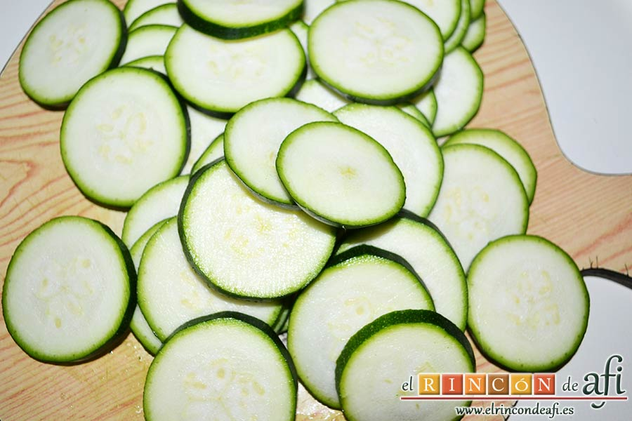 Tarta de verduras, cortar los calabacines en rodajas