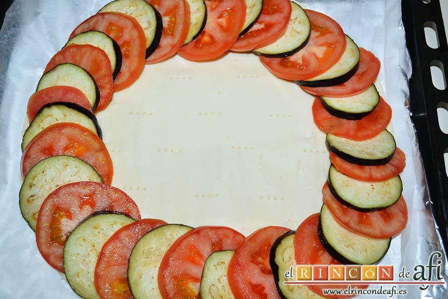 Tarta de verduras, ir disponiendo de forma alterna los tomates y berenjenas