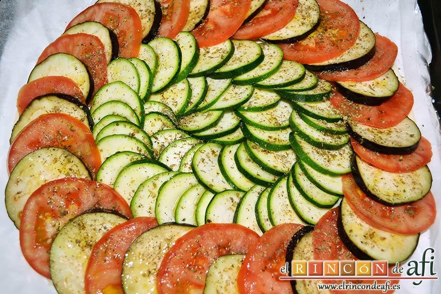 Tarta de verduras, ponemos sal, pimientas molidas, orégano, hierbas provenzales y rociamos con aceite de oliva extra