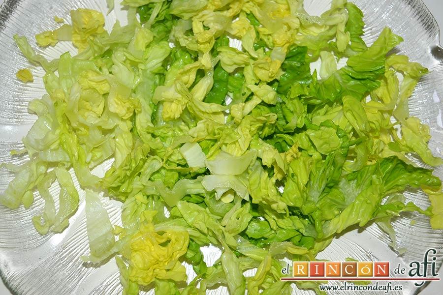 Ensalada de mangas, melón y palitos de cangrejo, lavar y picar finamente el cogollo de lechuga