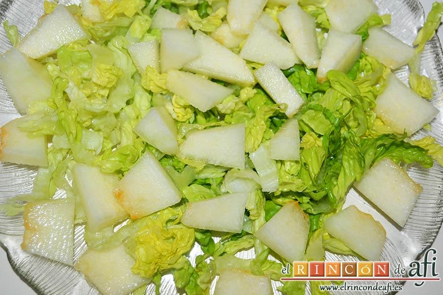 Ensalada de mangas, melón y palitos de cangrejo, trocear el melón y ponerlo sobre la lechuga