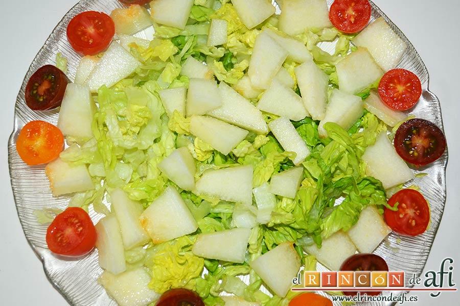 Ensalada de mangas, melón y palitos de cangrejo, partir los cherry por la mitad y ponerlos rodeando a la lechuga