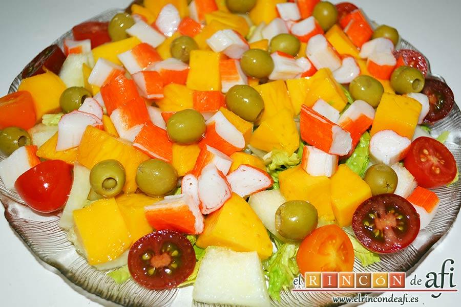 Ensalada de mangas, melón y palitos de cangrejo, sugerencia de presentación