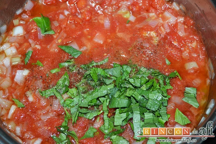 Gnocchi alla sorrentina, añadir las pimientas molidas y las hojas de albahaca