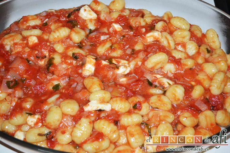 Gnocchi alla sorrentina, mezclar y volcar en una bandeja para horno