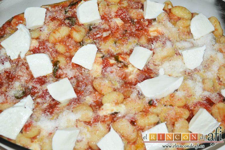 Gnocchi alla sorrentina, espolvorear queso parmesano rallado y colocar láminas de la otra bola de mozzarella