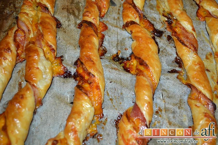 Rizos de bacon y queso cheddar curado de Lorraine Pascale, hornear y dejar enfriar