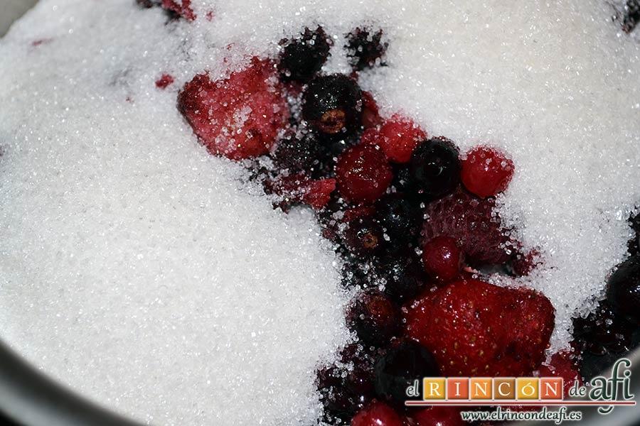Tarta de quesos con mermelada de frutos rojos, poner en un caldero los frutos rojos con el azúcar para hacer la mermelada