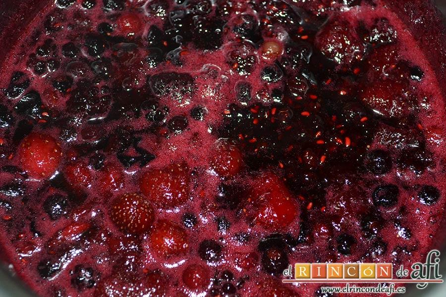 Tarta de quesos con mermelada de frutos rojos, dejar hervir a fuego muy lento