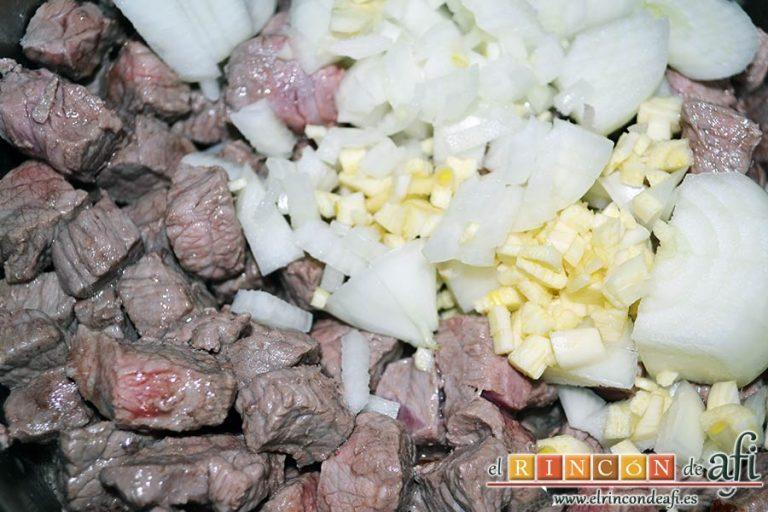 Ternera con pasta de curry, añadir la cebolla y los ajos picados
