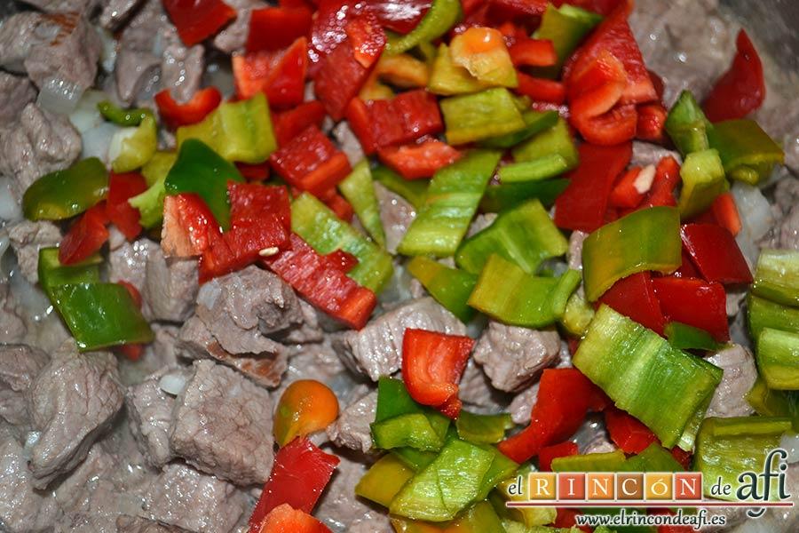 Ternera con pasta de curry, añadimos los pimientos cortados en cuadritos