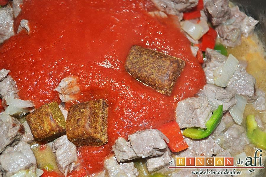 Ternera con pasta de curry, añadir el bote de salsa de tomate triturado y las pastas de curry