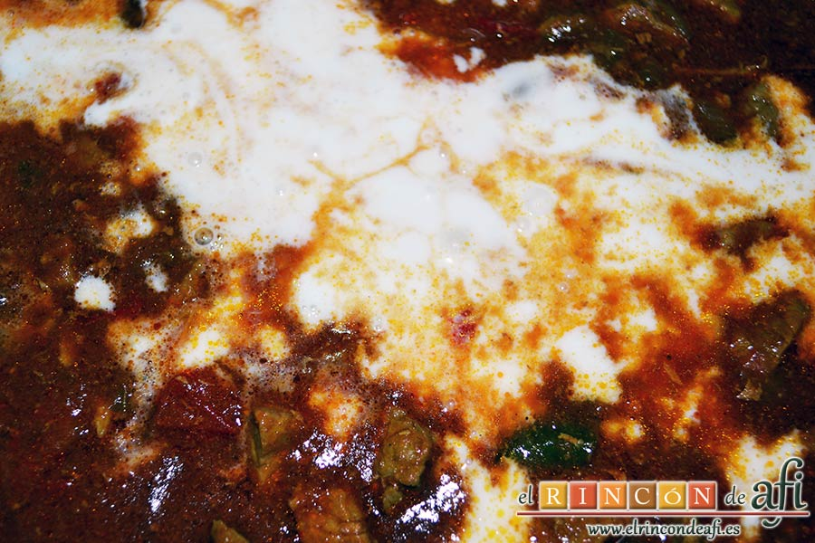 Ternera con pasta de curry, cuando la carne esté tierna añadir el bote de leche de coco