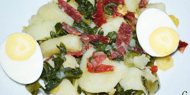 Acelgas con papas y refrito de ajos con jamón serrano