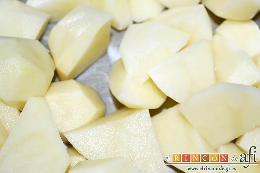 Acelgas con papas y refrito de ajos con jamón serrano, pelar y trocear las papas y ponerlas en un caldero