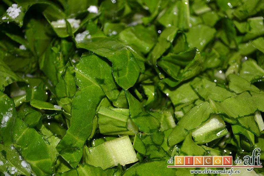 Acelgas con papas y refrito de ajos con jamón serrano, meterlas en el caldero con las papas y cubrirlas de agua