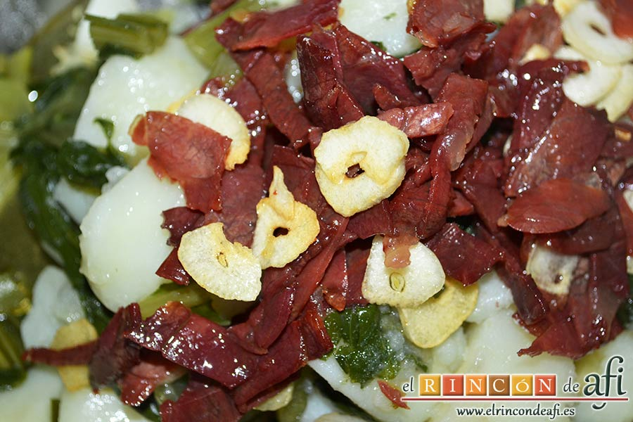Acelgas con papas y refrito de ajos con jamón serrano, pasar las acelgas al caldero y volcamos por encima el jamón con los ajos