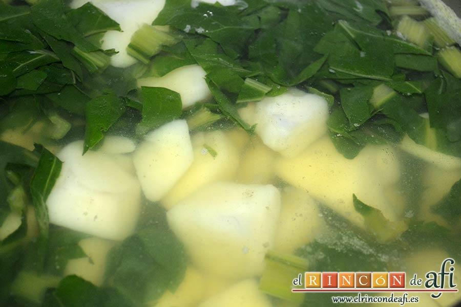 Acelgas con papas y refrito de ajos con jamón serrano, esperar a que cuezan las acelgas
