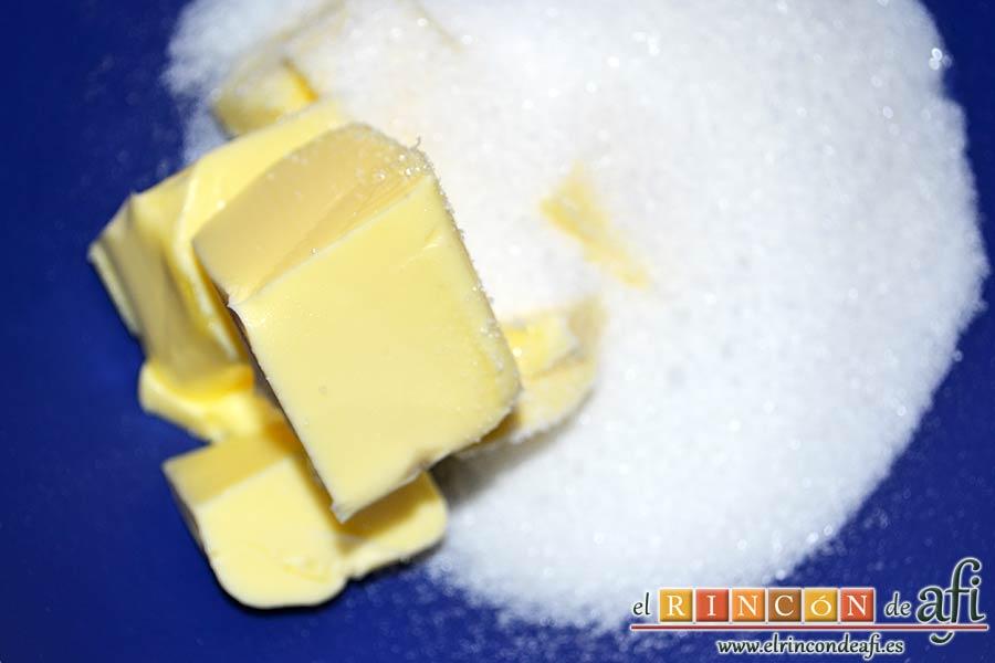 Bizcocho de frutos rojos, mezclar la mantequilla en pomada con el azúcar