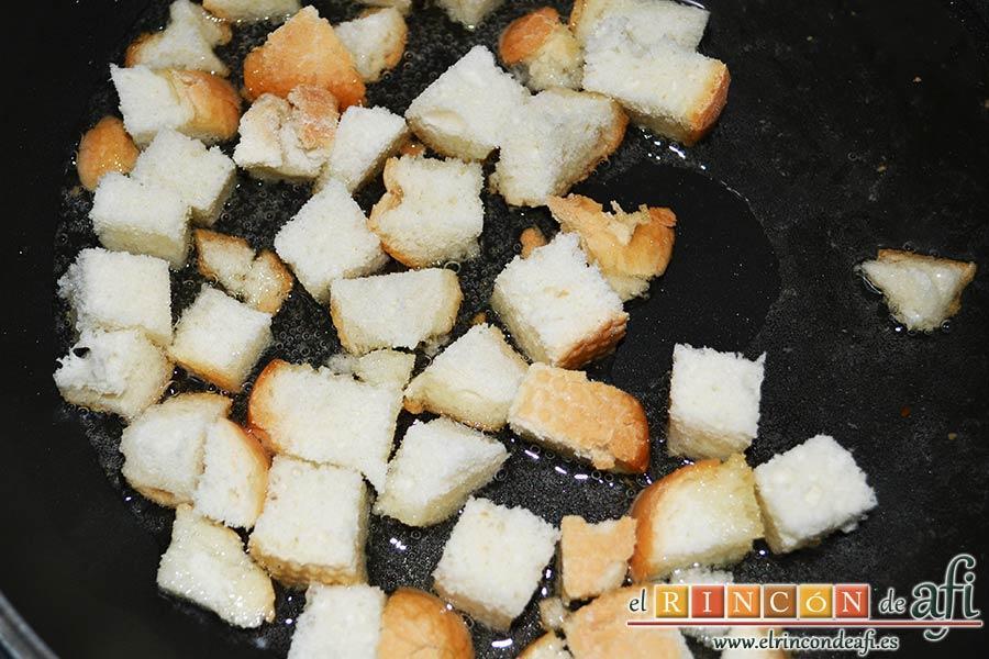 Costillas crujientes de cerdo en leche, freír unos taquitos de pan
