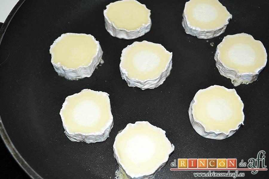 Costillas crujientes de cerdo en leche, dorar el queso de cabra en medallones sin aceite