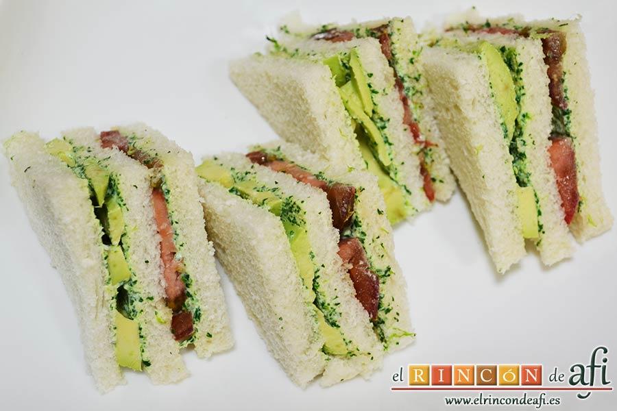 Crema de berros con queso, tomate y aguacate para untar en sandwiches, poner otra rebanada de pan de molde y cortar en triángulos